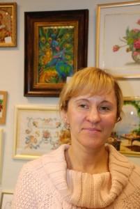 Ольга Авдеенкова на фоне своей великолепной работы. 2 Фото ПАНОРАМА.